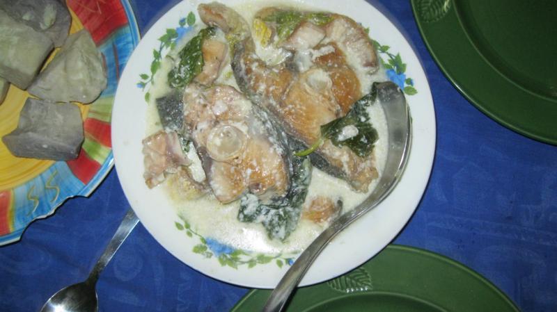 Pescado y espinacas con salsa de coco .