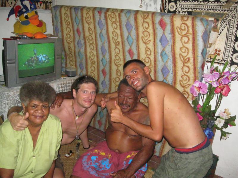 Con Xabi , Mitra y Michael , en Fiji .