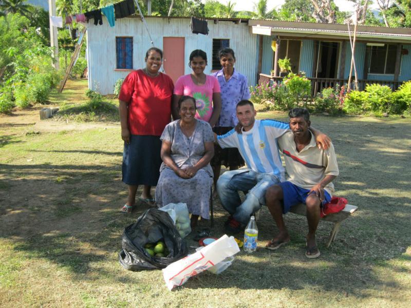 Con Shila y su familia , en Nadi .