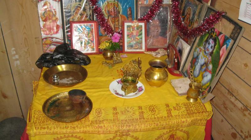 En casa de Shila , un rincon para el hinduismo .
