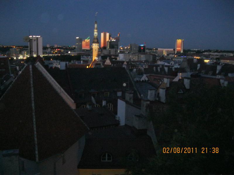 Anocheciendo , en Tallin .
