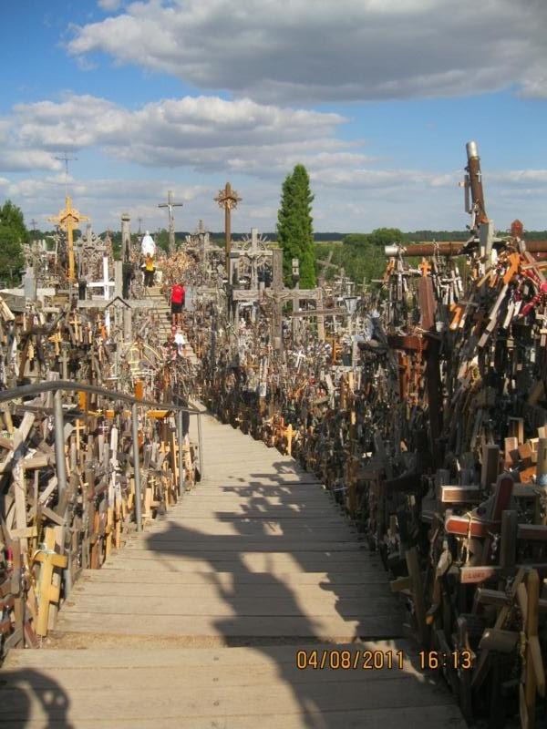 Se dice de 100 000 cruces, las que hay ,  clavadas en la colina .