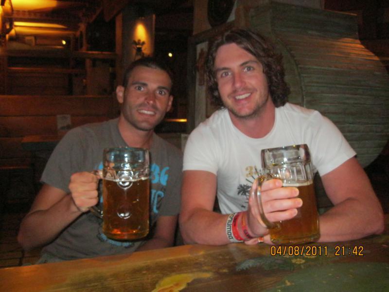 Tomando cervezas , en Riga .