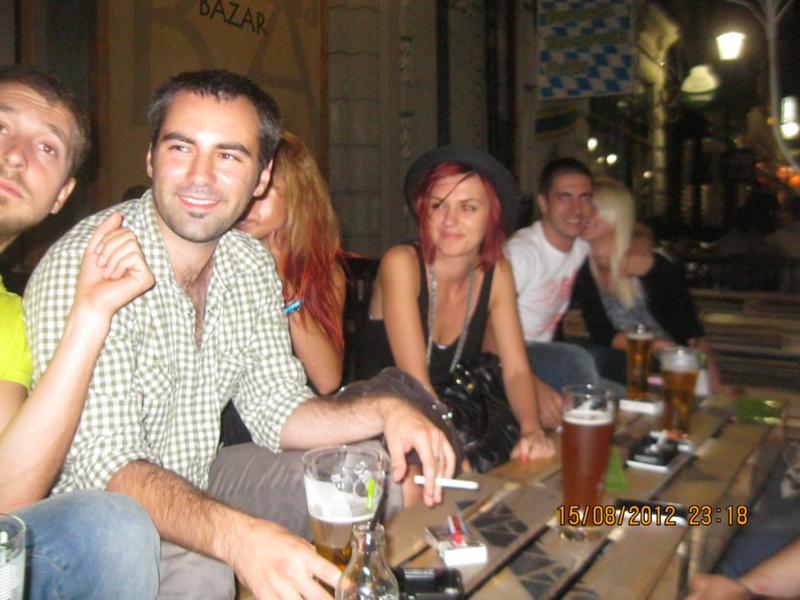 Tomando cervezas  , en Bucarest .