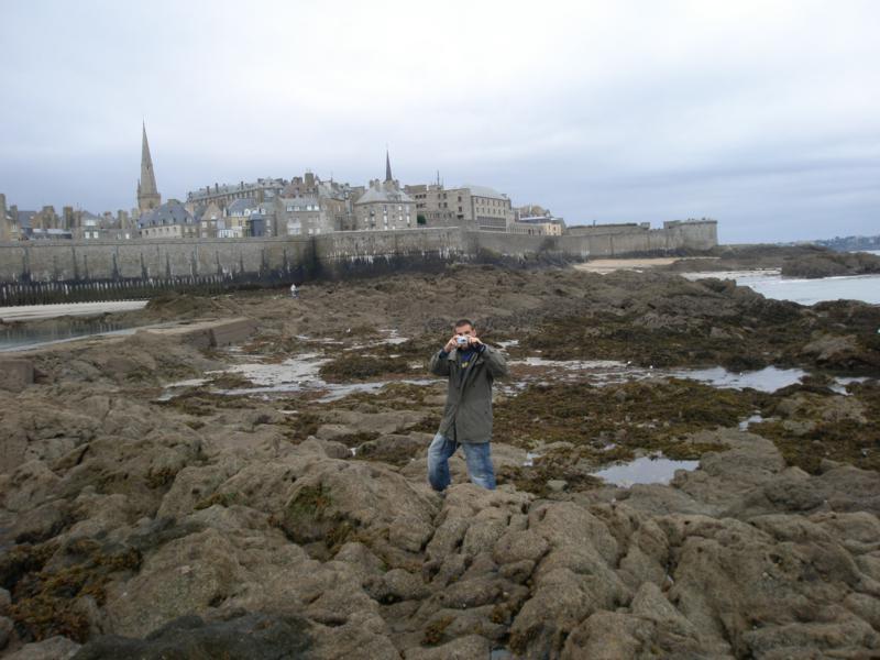 La muralla de Saint - Malo al fondo .