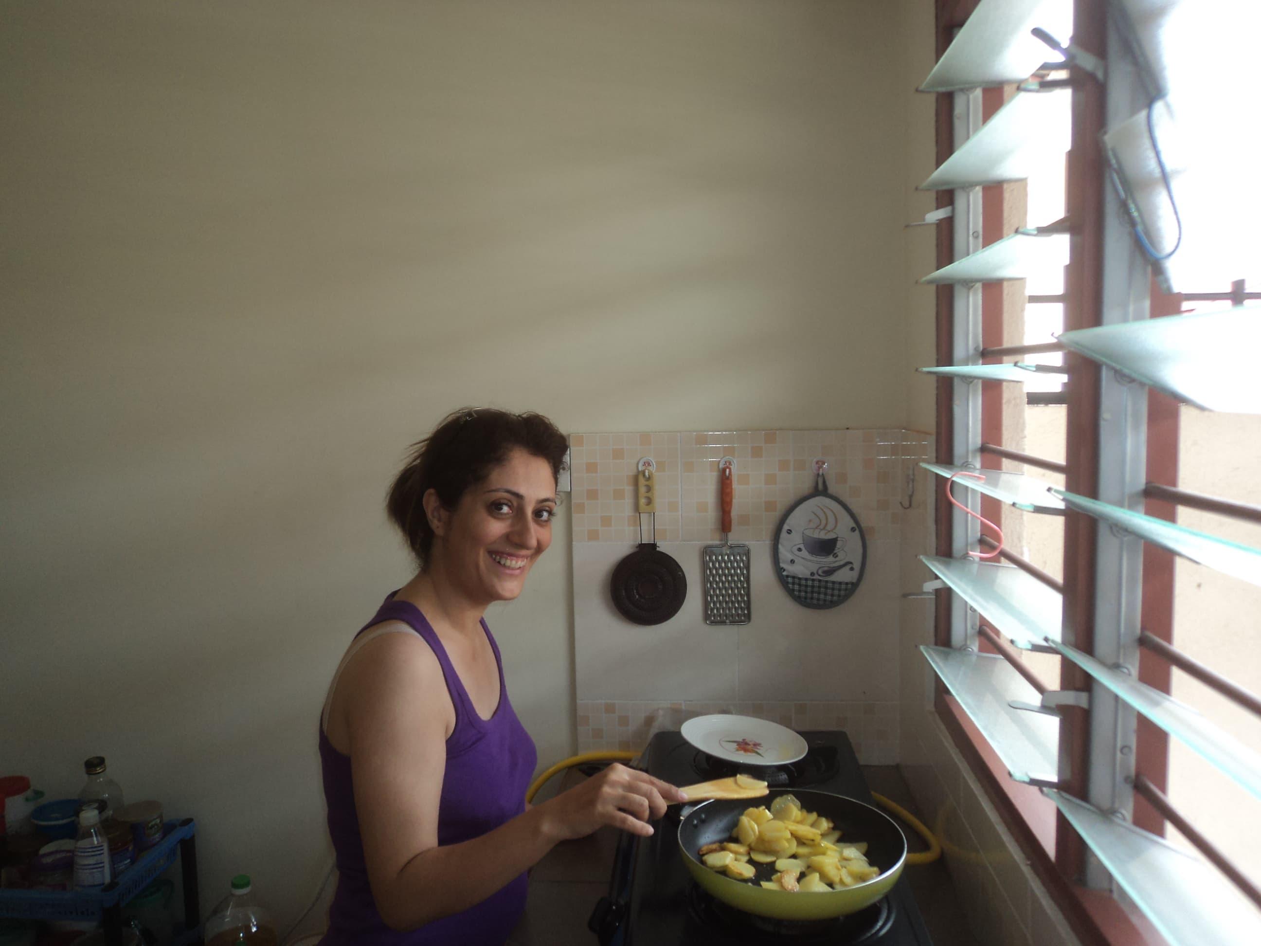 Sarah cocinando .
