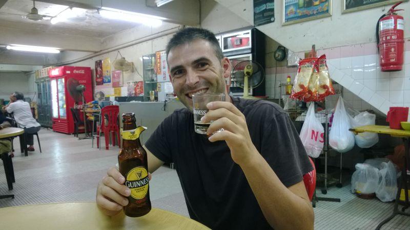Tomando una cerveza .