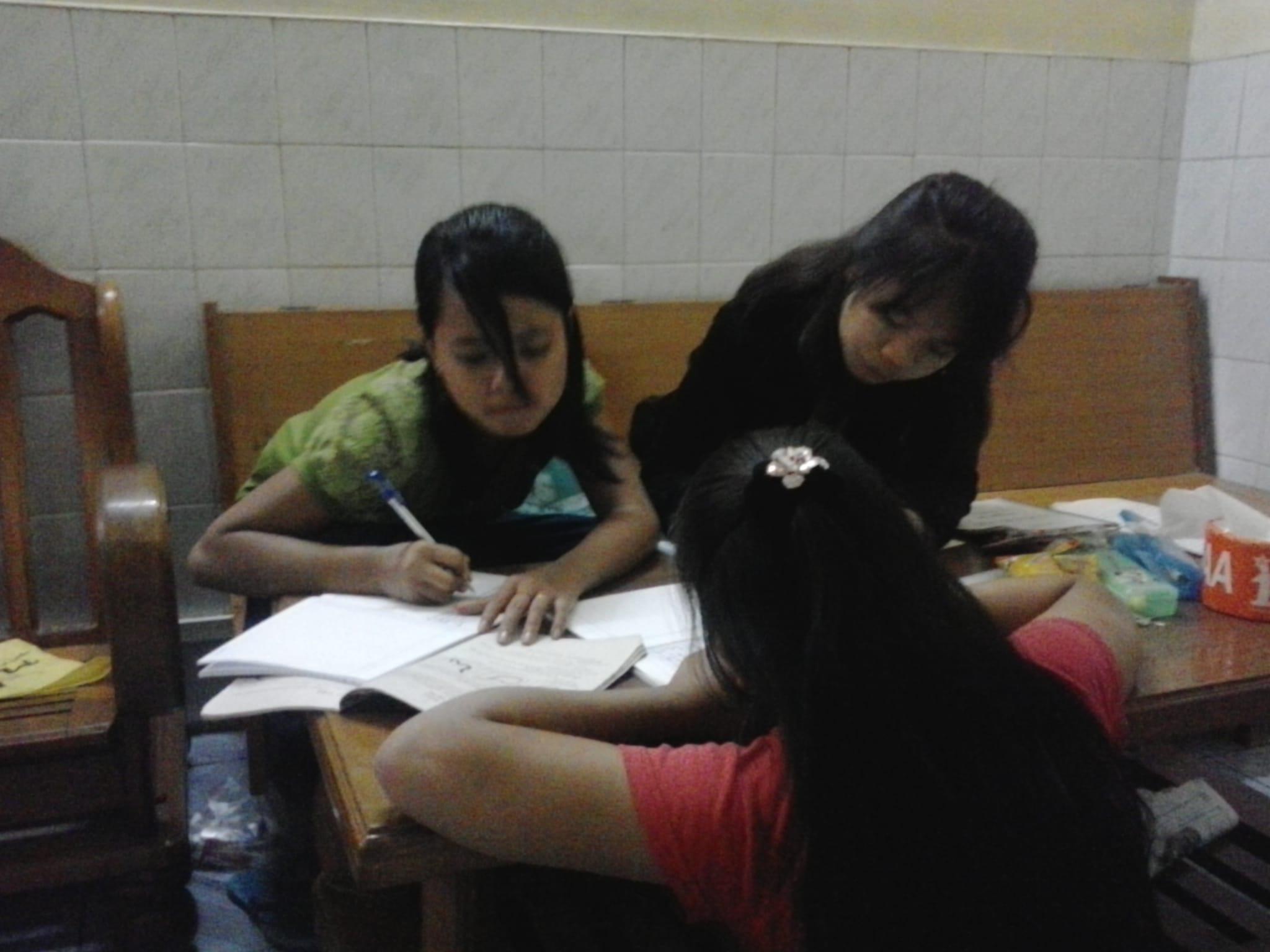 Las chicas con sus deberes .