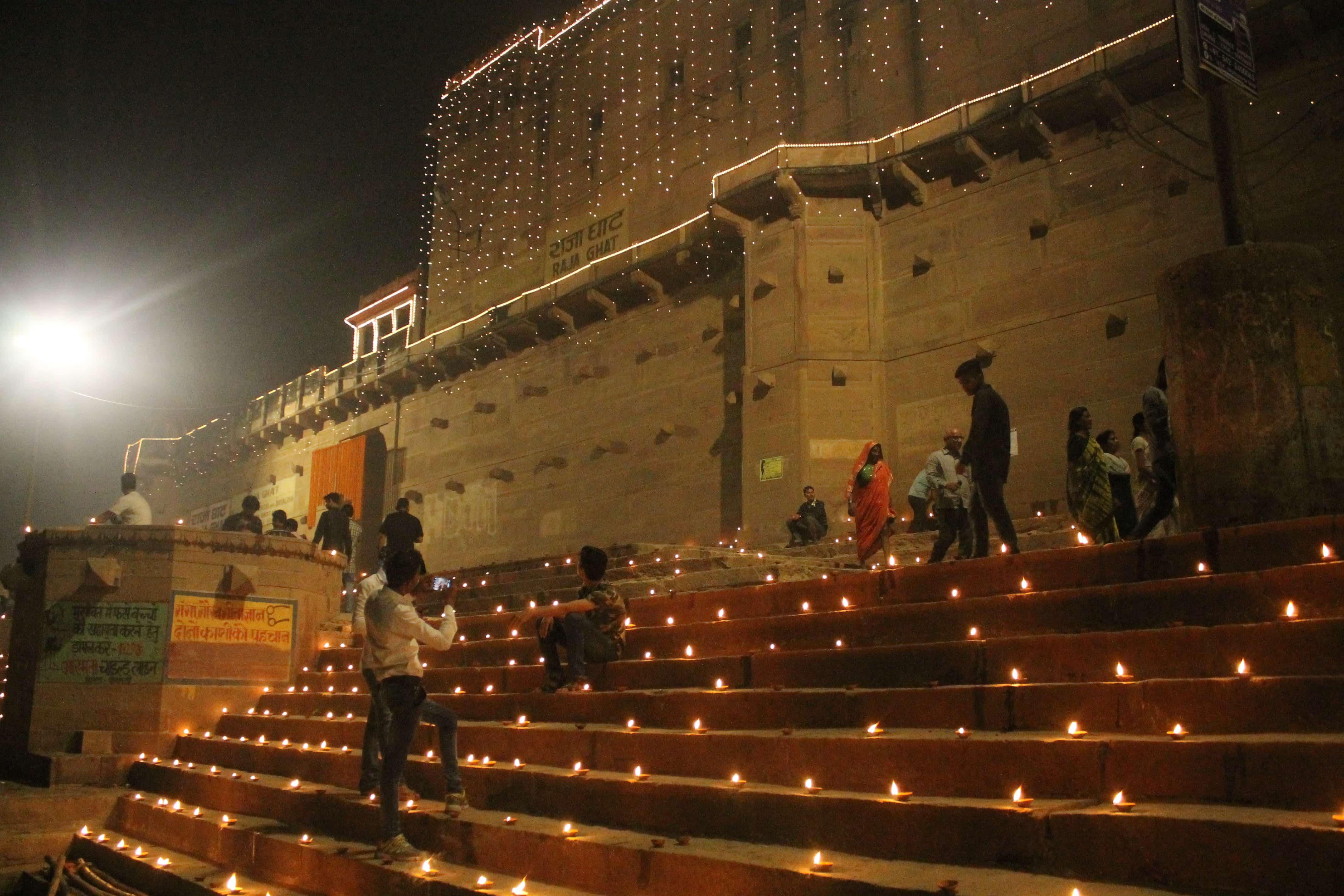 Visit the ghats backpacking Varanasi